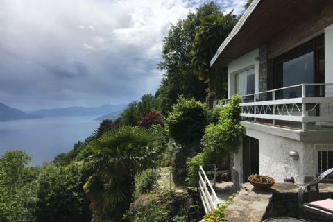 Kleine Villa in der einzigartigen Kulisse der Schlösser von Cannero mit Blick auf