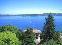 Appartamento in villa d`epoca con piscina ed ampi spazi verdi e vista lago Maggiore.