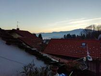 Nel caratteristico borgo di Carpiano nel comune di Ghiffa , proponiamo luminoso trilocale con grande terrazza con parziale vista lago.