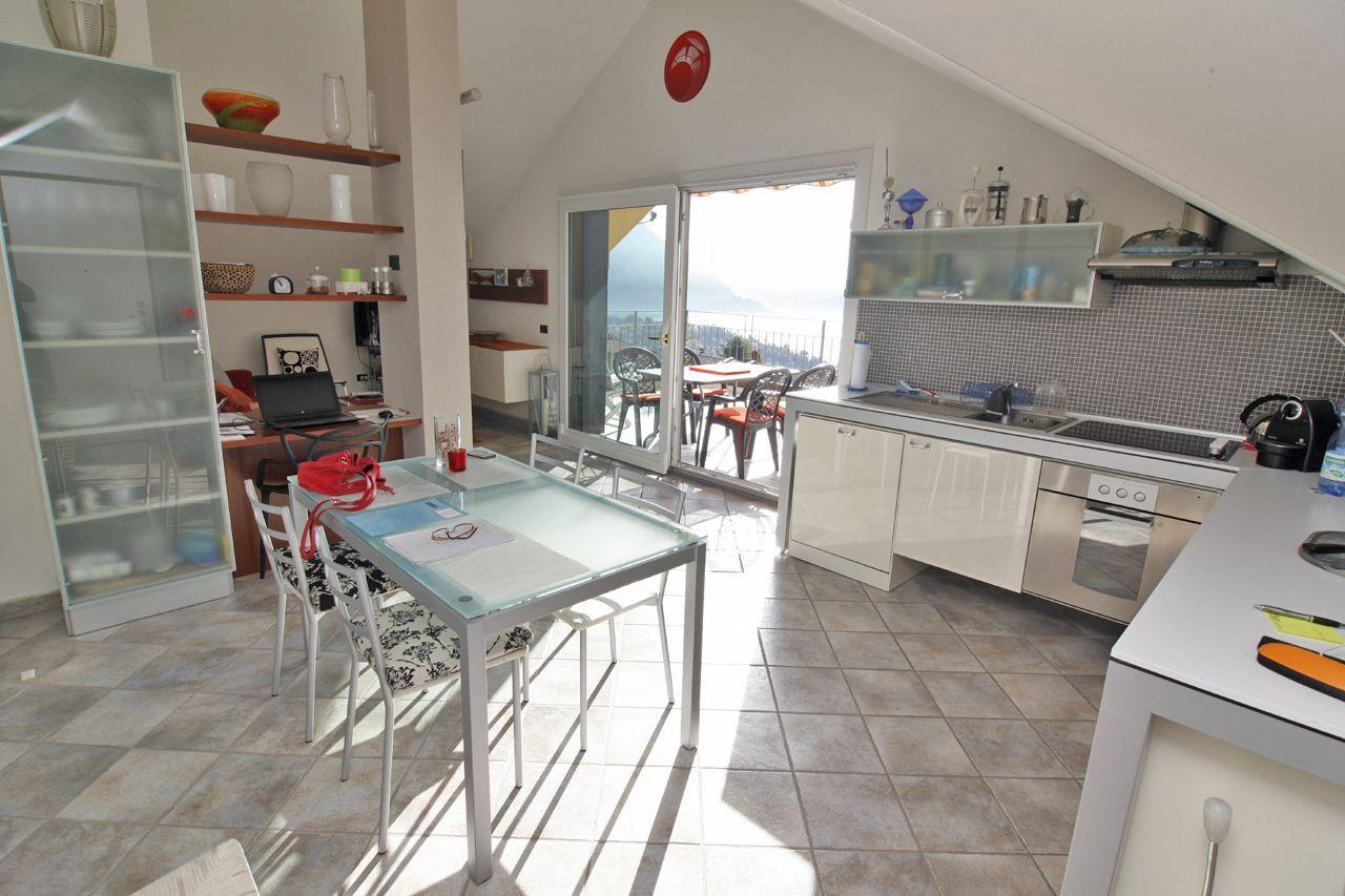 Appartamento con terrazzo e vista lago Zoverallo