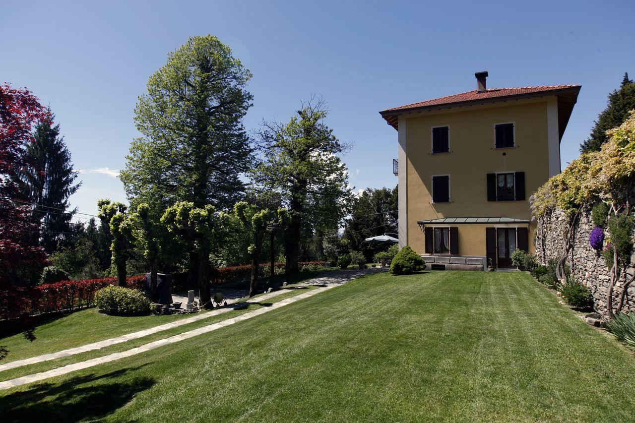 Ampia casa con giardino privato parziale vista lago
