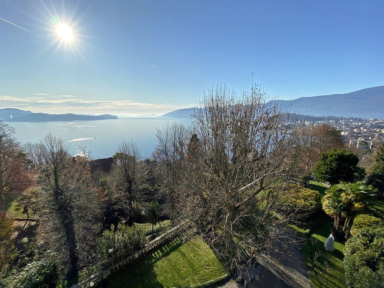 Villa d'epoca con ampio parco e panoramica vista lago