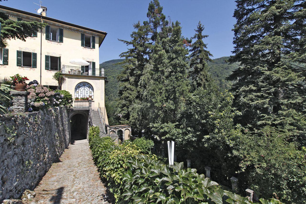 Vendesi a Cannero Riviera villa epoca vista lago con giardino