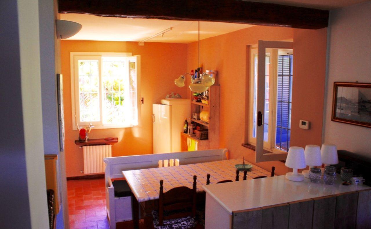 Casa indipendente con giardino e vista lago a Castelveccana