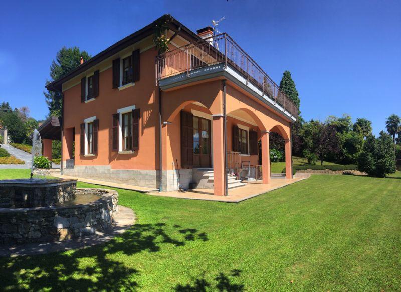Villa vista lago e giardino a Beé