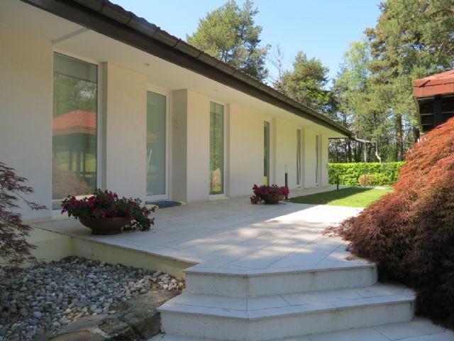 Lago maggiore a luino villa moderna con piscina for 2 case su un lotto in vendita