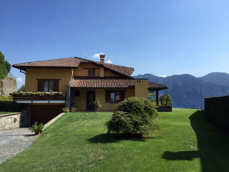 Ghiffa villa con giardino pianeggiante e bella vista lago - Foto di ville con giardino ...