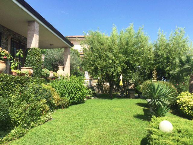 Villa di charme con pietra a vista e giardino