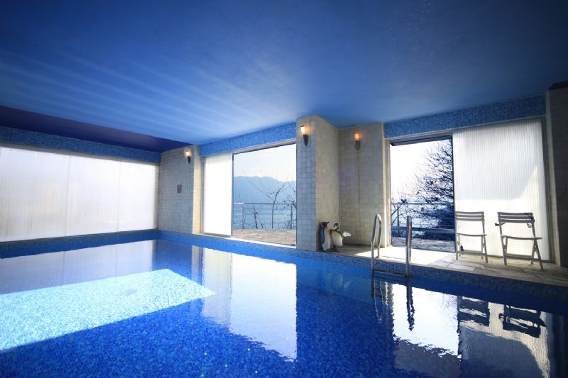 Villa moderna con piscina interna vista lago