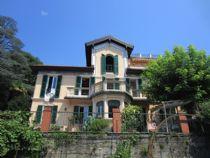 Villa d'epoca a Suna con giardino e vista del lago