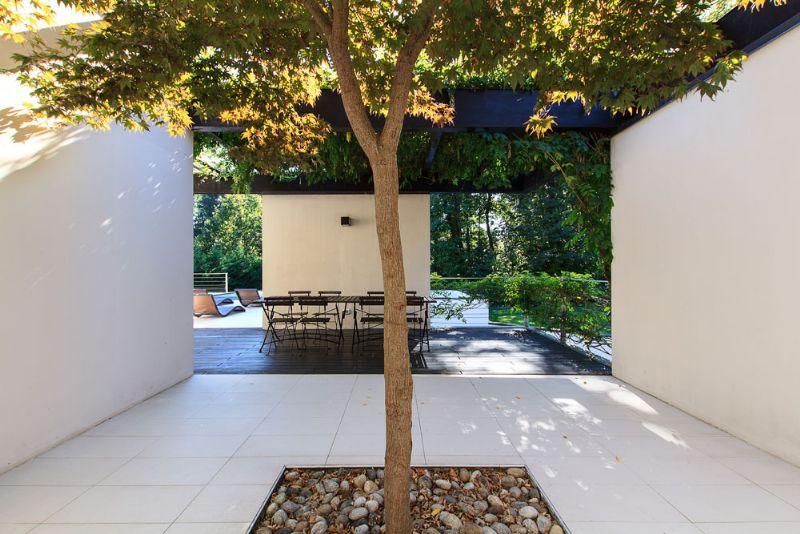 Villa moderna a vignone con giardino e piscina for Giardino villa moderna