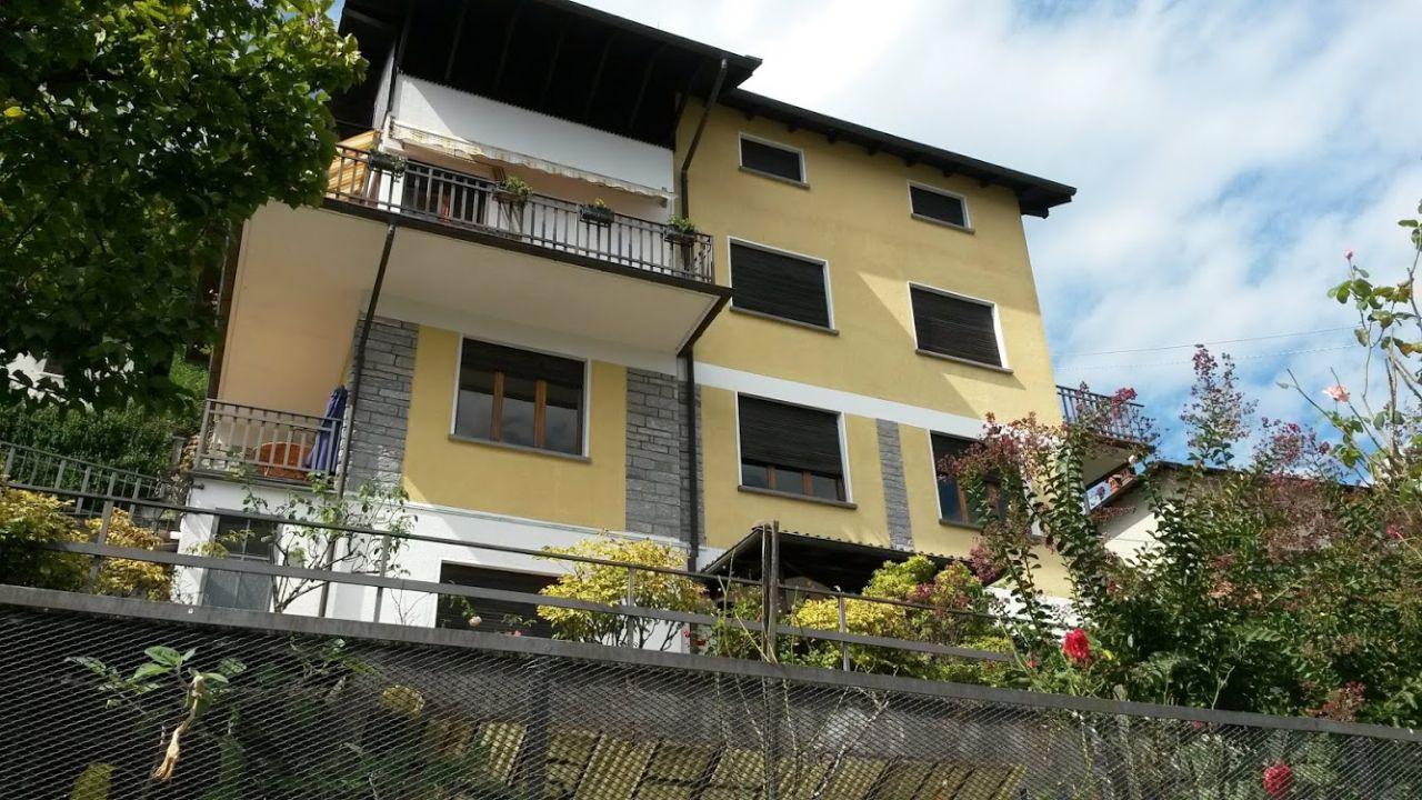 Casa indipendente composta da tre unità abitative vista lago