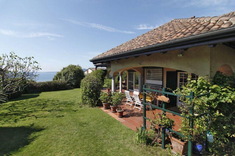 Villetta bifamiliare con giardino e vista lago