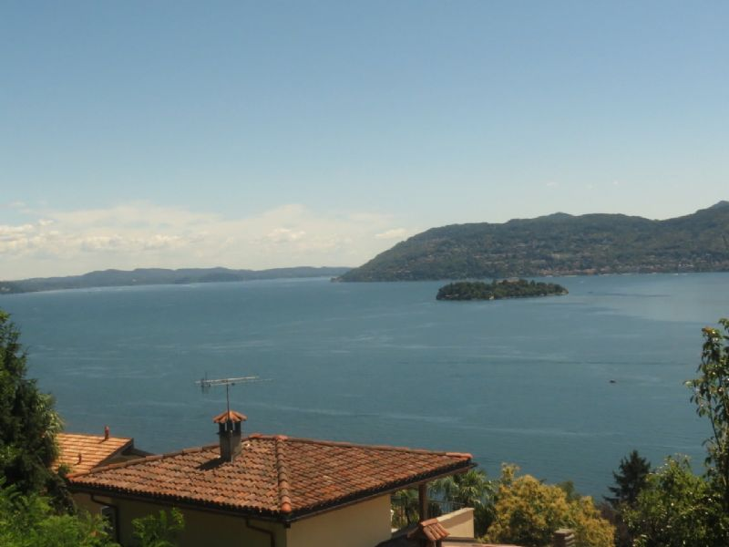 Villa con giardino vista lago a Suna collina