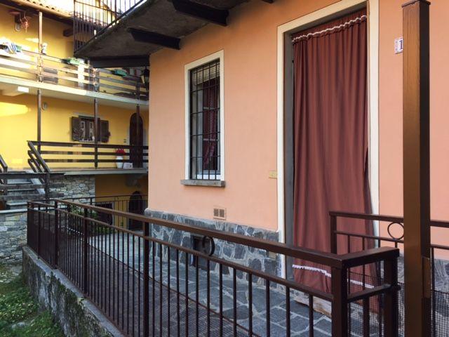Ghiffa susello porzione di casa nel centro storico con balcone for Piani di casa con cortili in centro