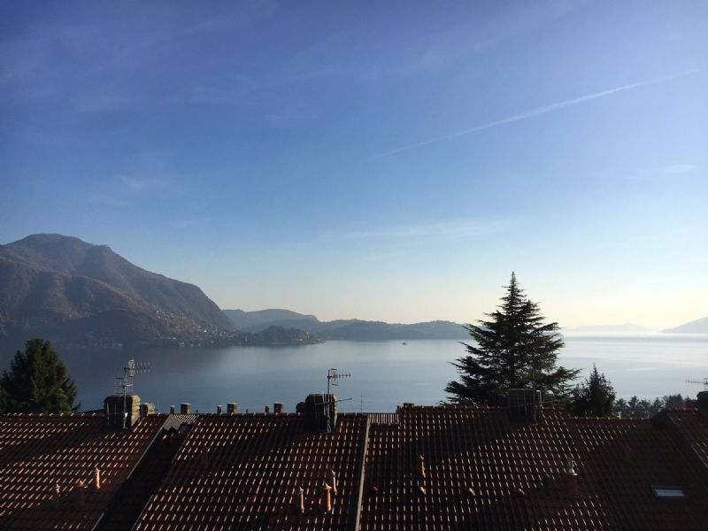 Villetta a schiera con giardino e vista lago
