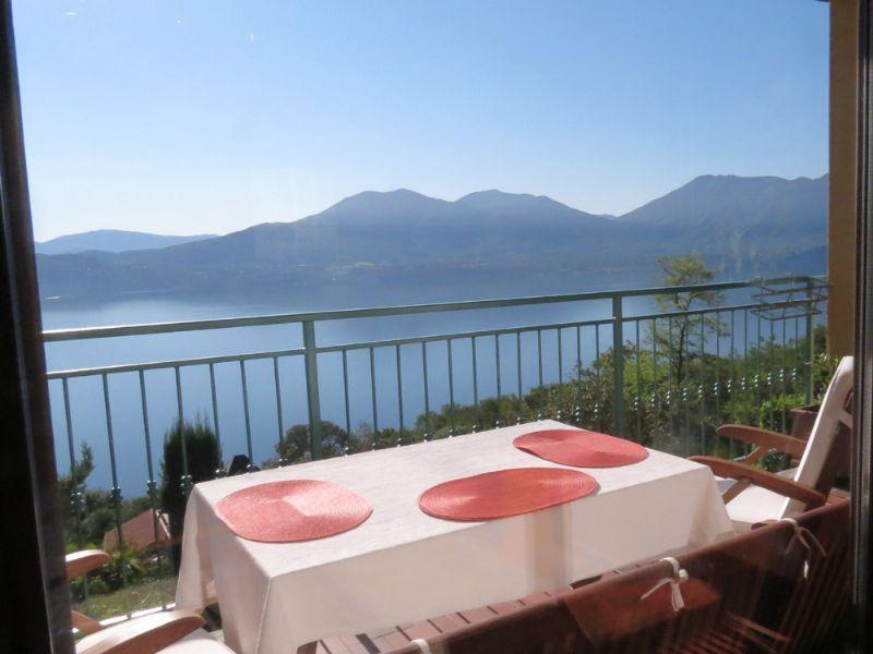 Casa bifamiliare con vista lago e giardino