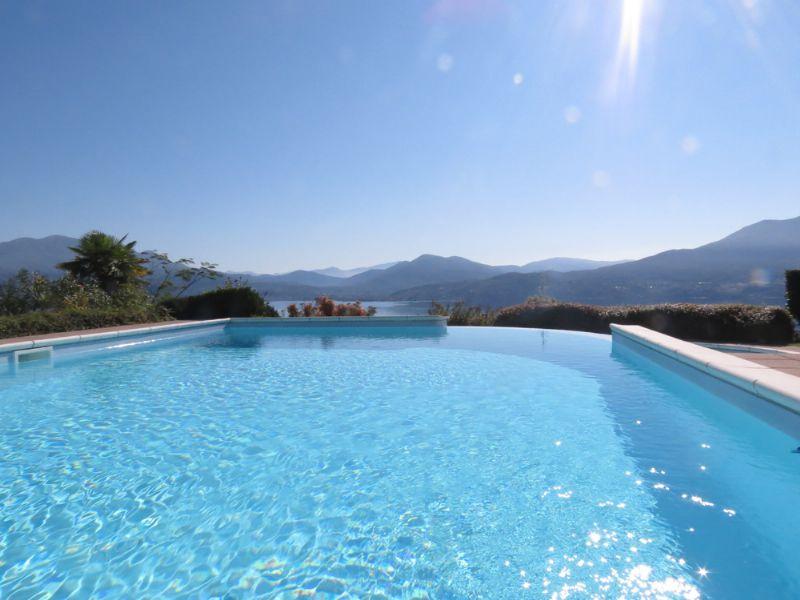Oggebbio collina villetta in residence con piscina e vista for Case california in vendita con piscina
