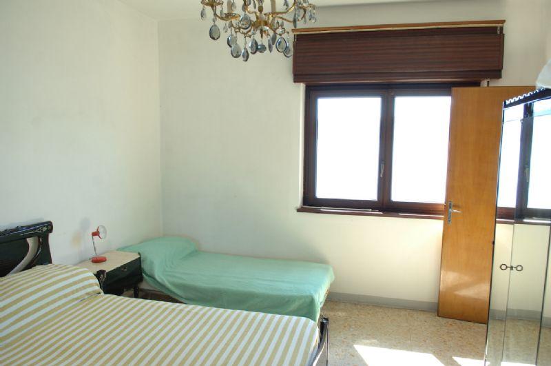 Casa con due appartamenti e attività commerciale
