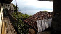 Barbè frazione di Oggebbio proponiamo casa completamente da ristrutturare con parziale vista lago e terrazza .
