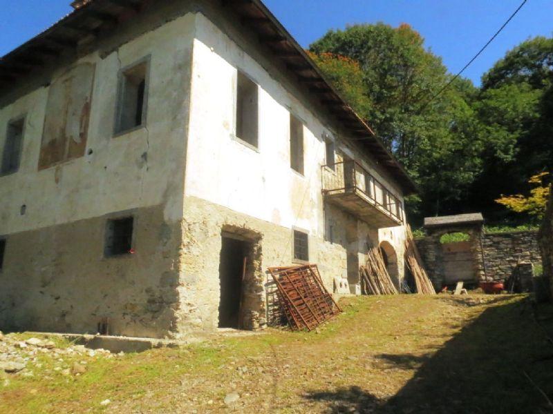 Casale da ristrutturare com ampio terreno