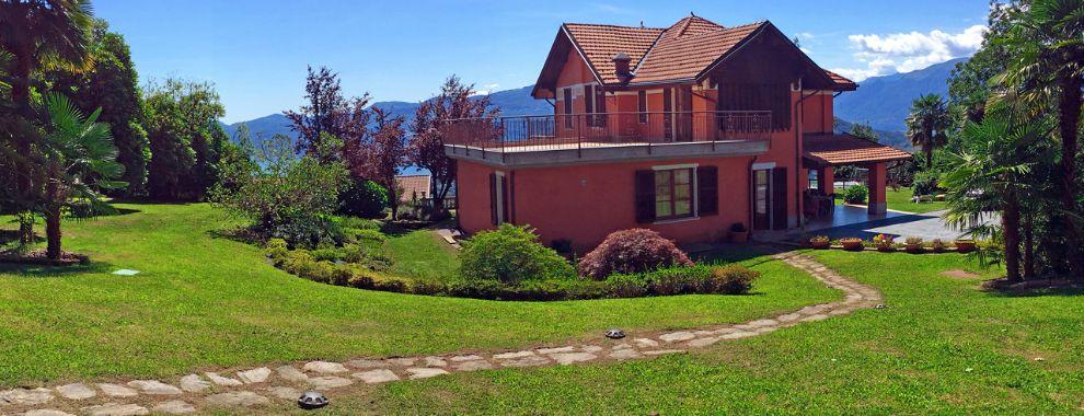 Alte Villa auf den  Hügeln von Verbania mit Blick auf den See und großen flachen Garten.