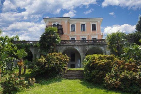 Historische Villa in Stresa bit breitem Park und Seeblick